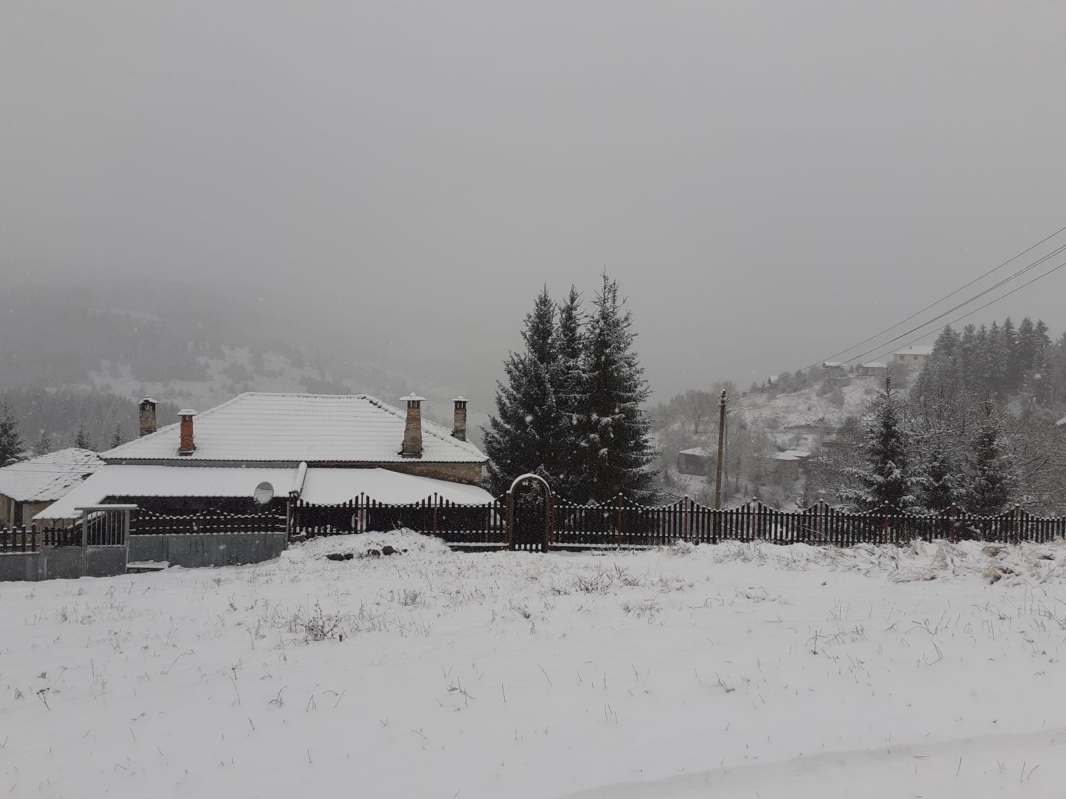 """20 сантиметра сняг покри високите села в община """"Родопи"""", обстановката е спокойна"""