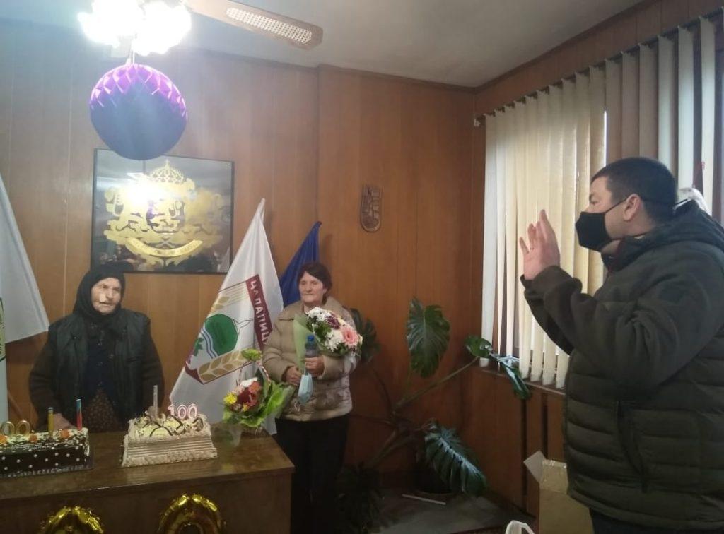 Столетничката Милка Байрева от село Цалапица празнува век животItem 4 of 8