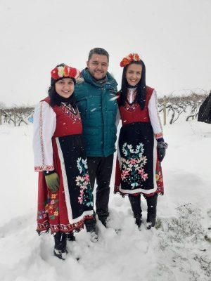 """Кметът на община """"Родопи"""" Павел Михайлов, заместник-кметът Владимир Маринов и кметът на село Брестовица Любен Радев се включиха в традиционния ритуал по зарязване на лозята на днешния празник Трифон Зарезан. Той се проведе край лозовите масиви в местността """"Бяло поле"""", където са едни от най-големите производители на вино в региона. Заради извънредната обстановка беше отменено традиционното шествие от центъра на селото до лозовите масиви. Празникът започна с благослов и водосвет за здраве и берекет през годината. След молитвата лозето бе зарязано, както повеляват народните обичаи. Лозовите клонки подрязаха кметът на община """"Родопи"""" Павел Михайлов и неговият заместник Владимир Маринов. Кметът на Брестовица пък поля зарязаните пръчки с медно котле за плодородие и берекет през годината. Студът и снежното време не изплашиха и десетките местни жители и гости, които си пожелаха годината да е здрава и успешна, а лозите да са плодородни и да дадат много грозде. Кметът на общината Павел Михайлов поздрави присъстващите и сподели, че за него е чест и удоволствие заедно да отбележат един от най – почитаните български празници Трифон Зарезан. """"На винопроизводителите в община """"Родопи"""" пожелавам да е богата реколтата им и да напълнят буретата, а на всички, които празнуват днес – много здраве и благоденствие"""", пожела кметът Павел Михайлов. Той подчерта, че празници като Трифон Зарезан са част от българската идентичност и отправи пожелание към жителите на цялата община да бъдат здрави, да уважават, съхраняват и предават българските традиции и обичаи. Павел Михайлов гостува и в село Марково, където също отбелязват Трифон Зарезан с общо тържество и ритуал. Населените места от община """"Родопи"""" са едни от най-големите производители на вина в района. Затова студеното време не попречи на стари и млади да се съберат около лозята и да посрещнат празника на открито и в селата Брестник, Цалапица, Кадиево и Крумово. """"Празникът винаги е носил много веселие в нашата община. Нашето земеделие се раз"""