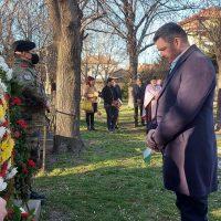 """Кметът на община """"Родопи"""" поднесе цветя пред паметника на руските войни в Крумово"""