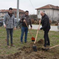 """Създадоха """"Парк на паметта"""" в Цалапица, кметът Павел Михайлов и кметът на селото посадиха първото дърво"""