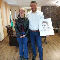 Кметът Павел Михайлов продължава подкрепата за млади таланти, посрещна в кабинета си  художничката Илияна Стоичкова